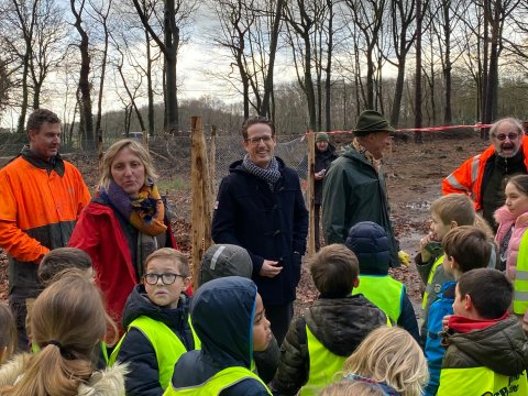 Leerlingen planten bomen in park Franciscanessen in Wuustwezel